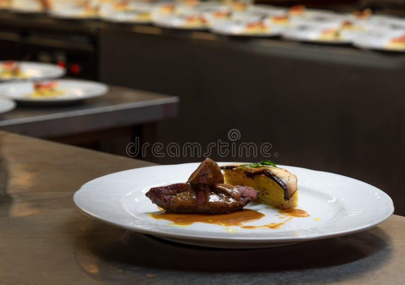 Filetto della carne di cervo con salsa in una cucina del ristorante pronta ad essere servito fotografia stock