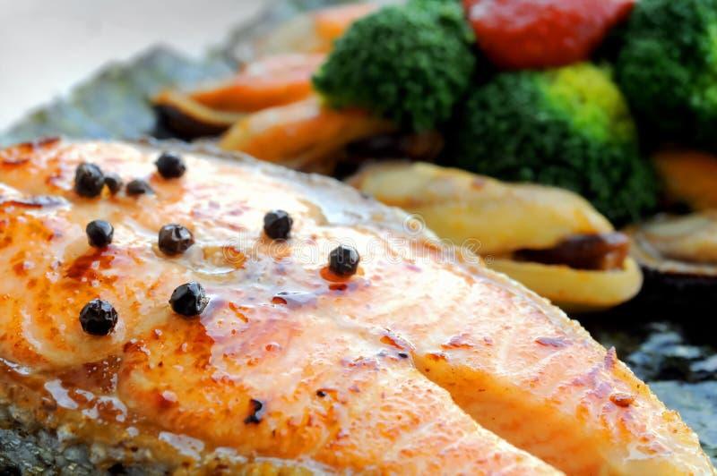 Filetto di bue di color salmone australiano grigliato con le cozze della Nuova Zelanda fotografie stock