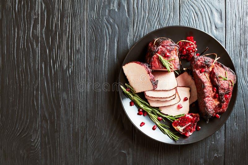 Filetto di carne di maiale affumicato affettato del barbecue, disposizione piana fotografia stock
