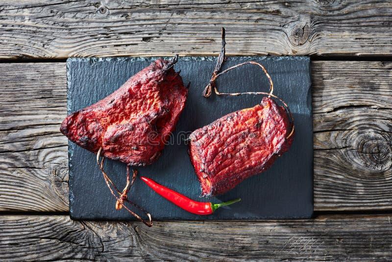 Filetto di carne di maiale affumicato del barbecue su un vassoio di pietra fotografie stock