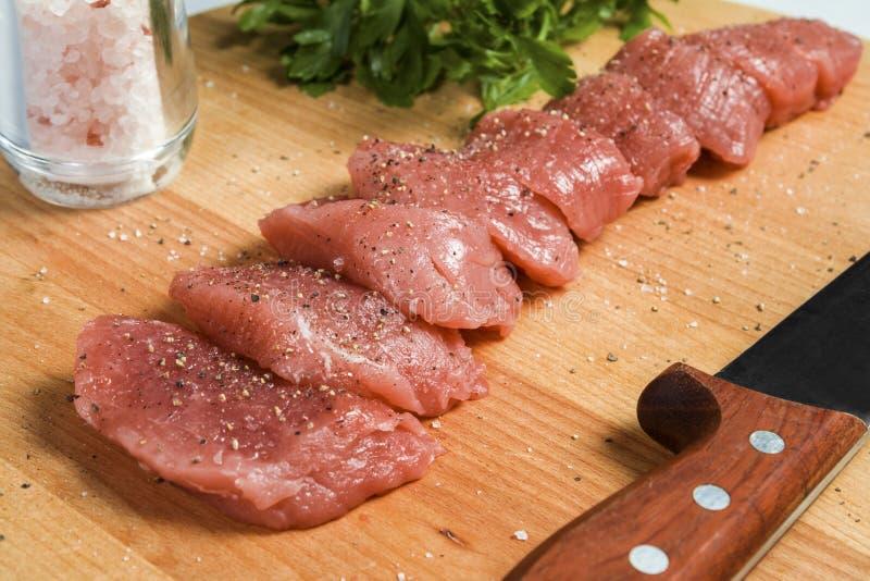 Filetto di carne di maiale della carne cruda sul tagliere immagine stock
