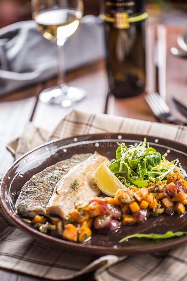 Filetto di pesce arrostito con i pezzi del pumpkim e decorazione dell'erba nella p immagini stock