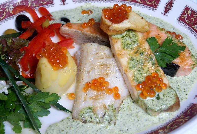 Filetto di pesce con il caviale fotografie stock