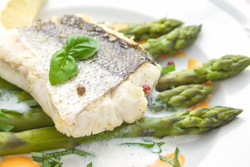 Filetto di pesce con la salsa della schiuma dell'asparago immagine stock libera da diritti