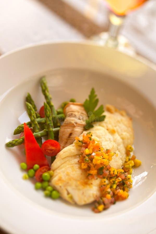 Filetto di pesce con la salsa e le verdure tagliate del mango fotografie stock libere da diritti