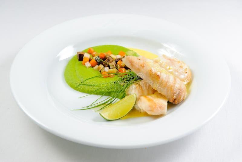 Filetto di pesce con salsa e le verdure immagine stock