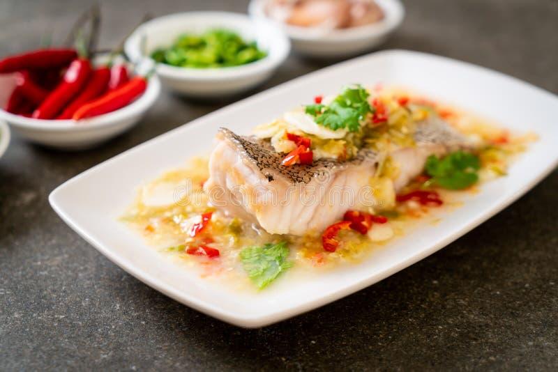 Filetto di pesce cotto a vapore della cernia con Chili Lime Sauce nel condimento della calce fotografia stock