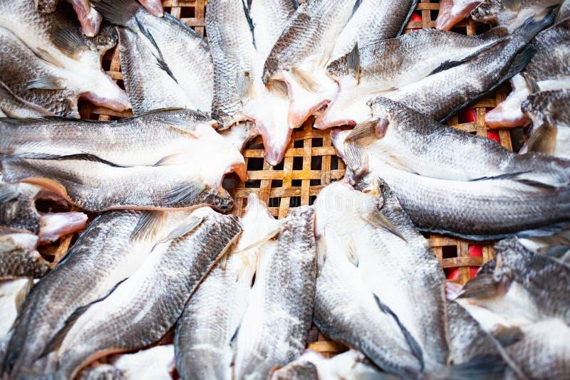 filetto di pesce fresco sul mercato immagine stock