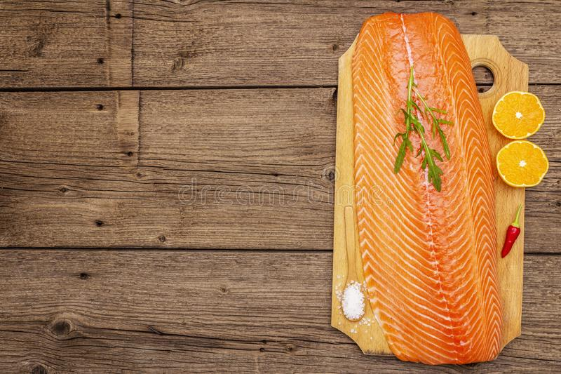 Filetto fresco di salmone norvegese Fonte dell'omega 3, concetto equilibrato di alimentazione sana fotografia stock libera da diritti