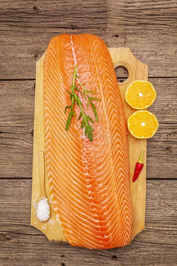 Filetto fresco di salmone norvegese Fonte dell'omega 3, concetto equilibrato di alimentazione sana fotografie stock