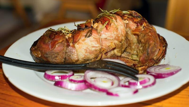 Filetto, rosmarini e cipolla arrostiti della carne di maiale fotografia stock libera da diritti