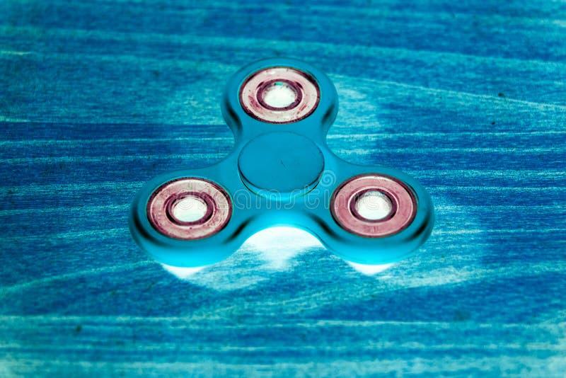 Fileur de personne remuante à l'arrière-plan rougeoyant UV fluorescent photos libres de droits