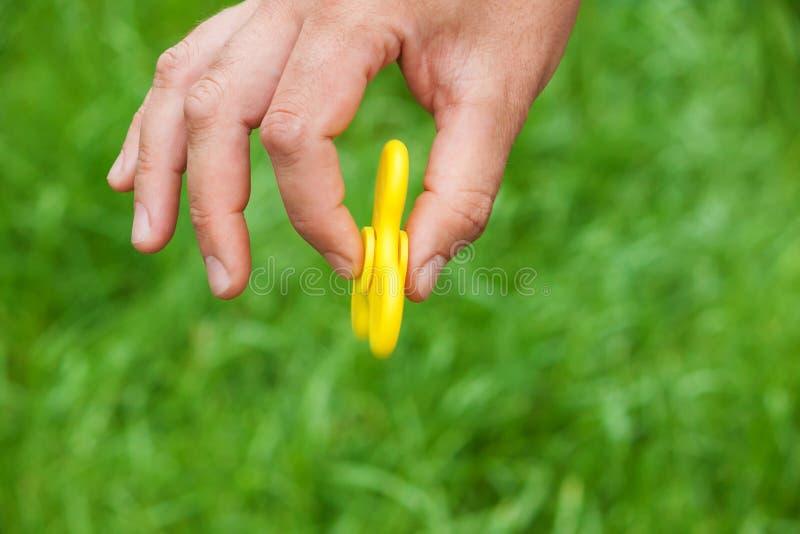 Fileur jaune tournant dans la position verticale photo libre de droits