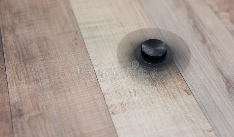 Fileur noir de rotation d'aluminium de personne remuante images stock