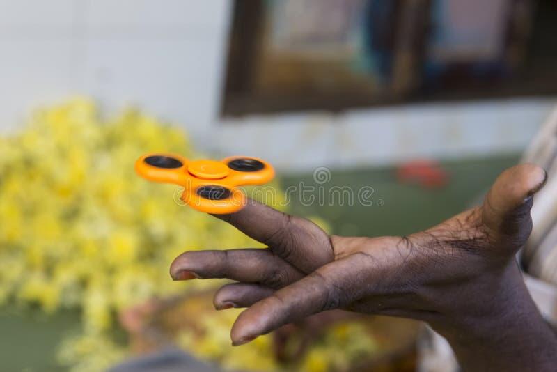 Fileur orange de main, jouet adulte remuant de main photographie stock libre de droits