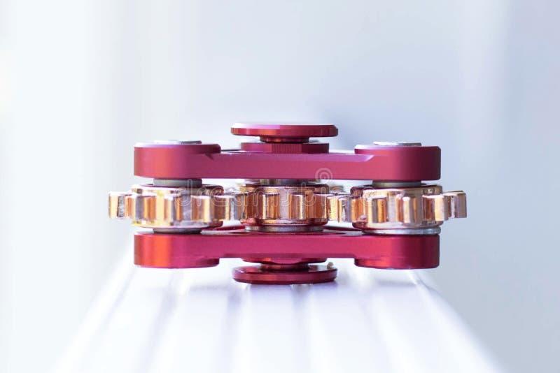 fileur rouge de jouet sous forme de mécanisme avec des vitesses, s'étendant dessus image stock
