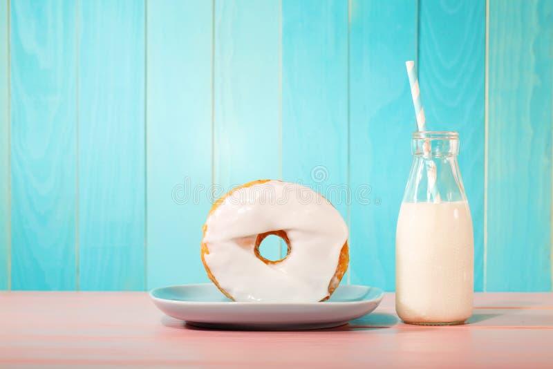 Filhós com leite em um fundo pastel fotografia de stock royalty free