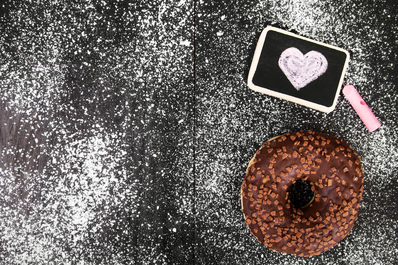 Filhós com o desenho do chocolate e do coração fotografia de stock royalty free