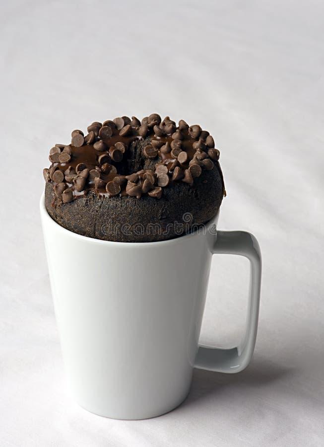Filhós da microplaqueta de chocolate no copo imagens de stock