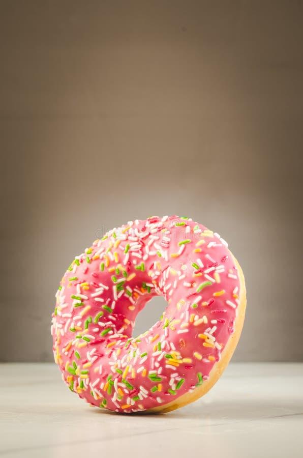 Filhós doce e colorida/filhós doce e colorida com queda em uma tabela branca imagens de stock