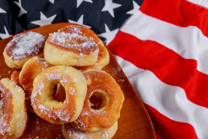Filhós e bandeira americana no Dia da Independência americano do prato de madeira, celebração, conceito do patriotismo imagens de stock