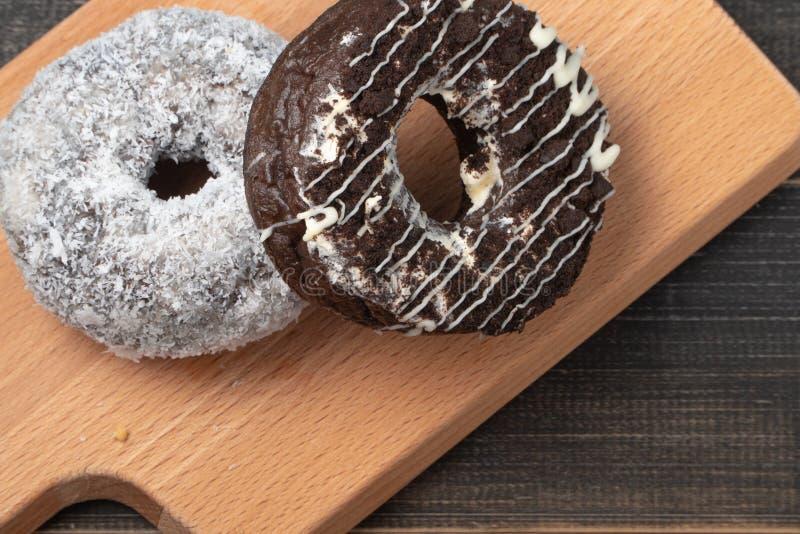 Filhós preta do chocolate e filhós branca do coco imagem de stock royalty free