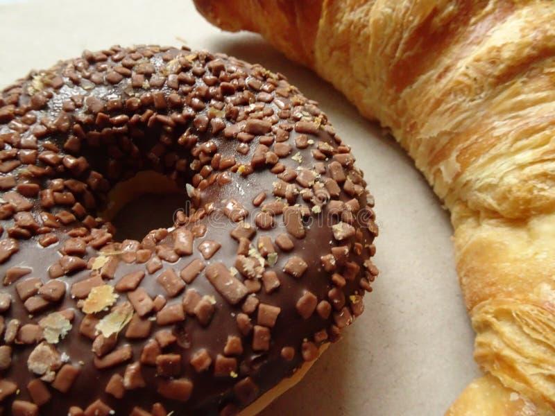 Filhós saboroso do croissant e do chocolate Fim acima imagens de stock royalty free