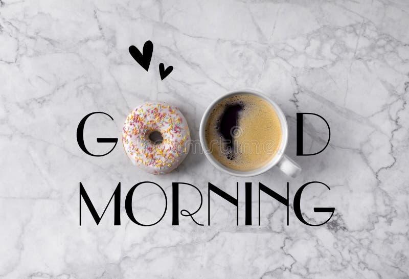 Filhós, xícara de café e corações Cumprimento do bom dia escrito no fundo cinzento de mármore imagens de stock