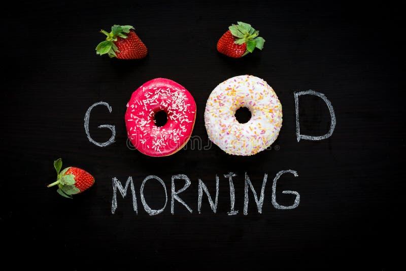 Filhós, xícara de café e morangos Pequeno almoço para amado fotos de stock