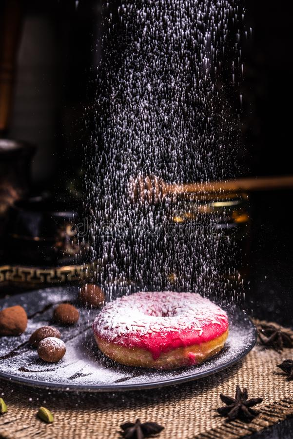 Filh?s na crosta de gelo com porcas em uma trufa de chocolate em um restaurante Crosta de gelo pulverizada imagem de stock