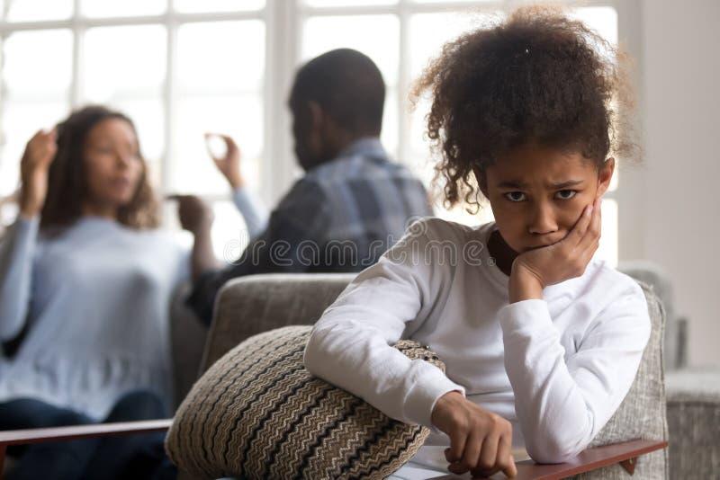 Filha africana da criança virada dos pais que lutam olhando a câmera imagens de stock royalty free