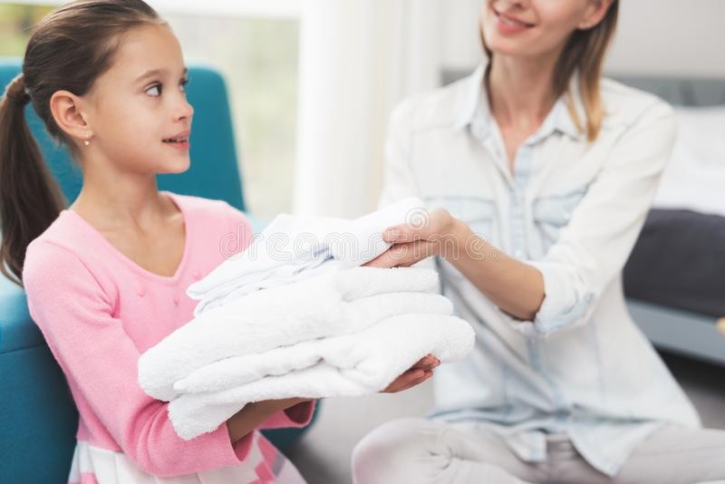 A filha ajuda a mãe com tarefas de agregado familiar imagens de stock royalty free