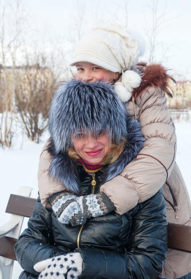 Filha alegre que abraça sua mãe. foto de stock royalty free