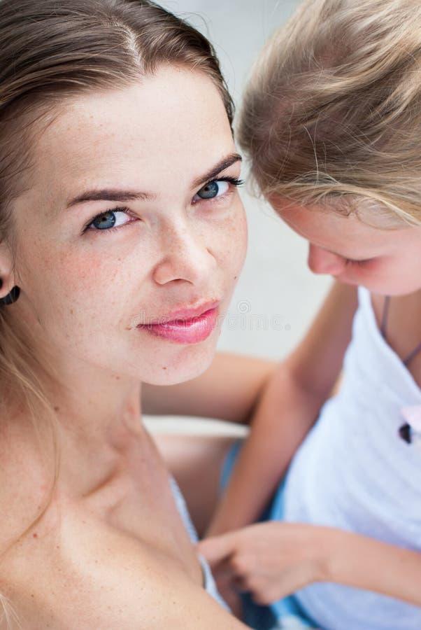 Filha bonita nova da mãe e do adolescente imagem de stock