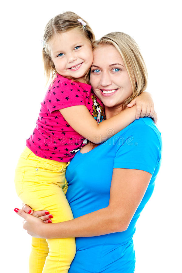 Filha bonito que abraça sua mamã. Tiro ocasional imagens de stock