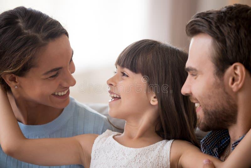 Filha bonito que olha o paizinho que ri tendo o divertimento com pais fotos de stock royalty free