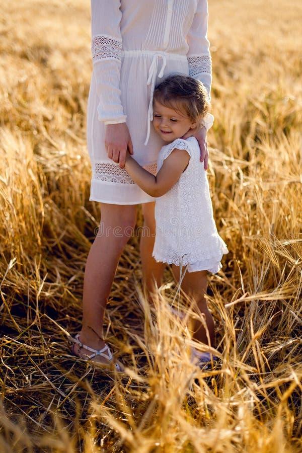 A filha com a mãe foto de stock royalty free