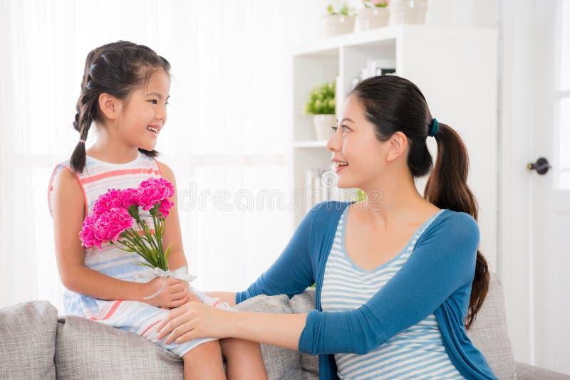 Filha com a mãe que olha se imagem de stock royalty free