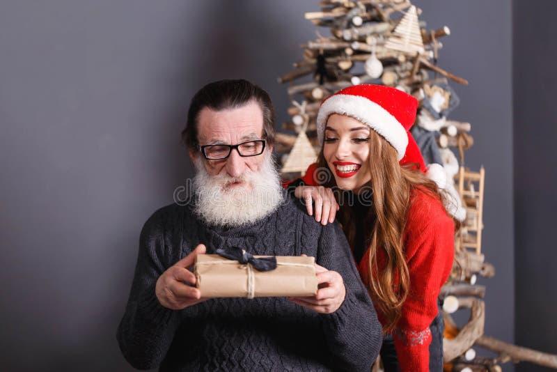 A filha dá um presente a seu paizinho imagens de stock