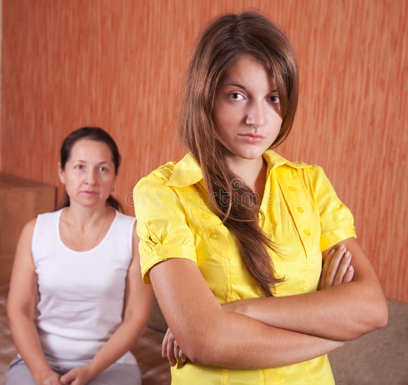Filha da matriz e do adolescente após a discussão foto de stock royalty free