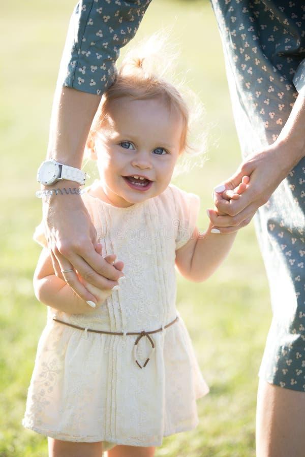 Filha de ensino do pequeno da mamã a andar fotos de stock