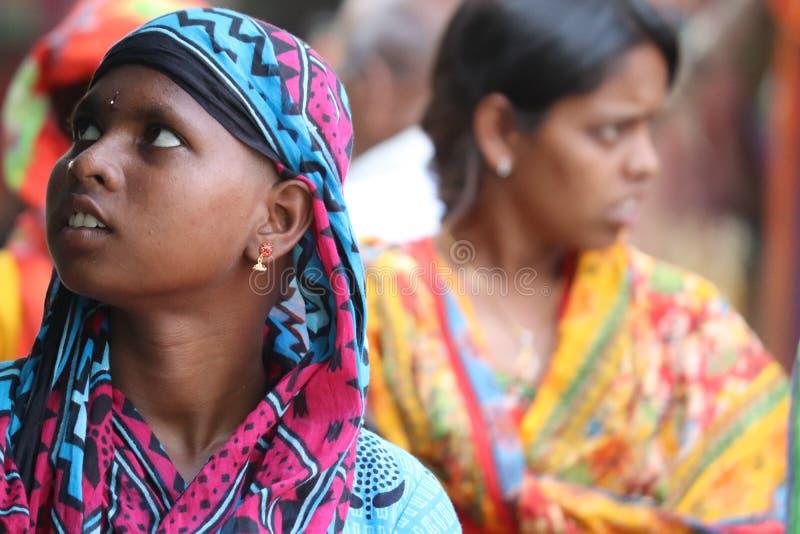Filha e mãe nas ruas de Badrachalam, Índia fotografia de stock