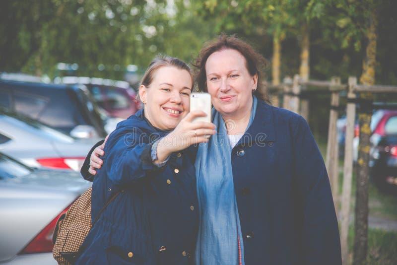 Filha e mãe que fazem selfies imagem de stock