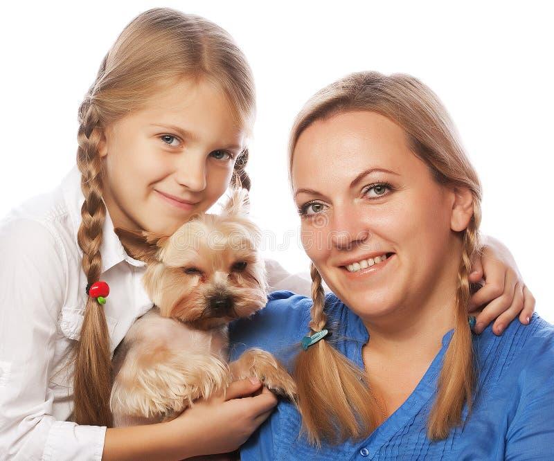 Filha e yorkshire terrier felizes da mãe da família fotografia de stock