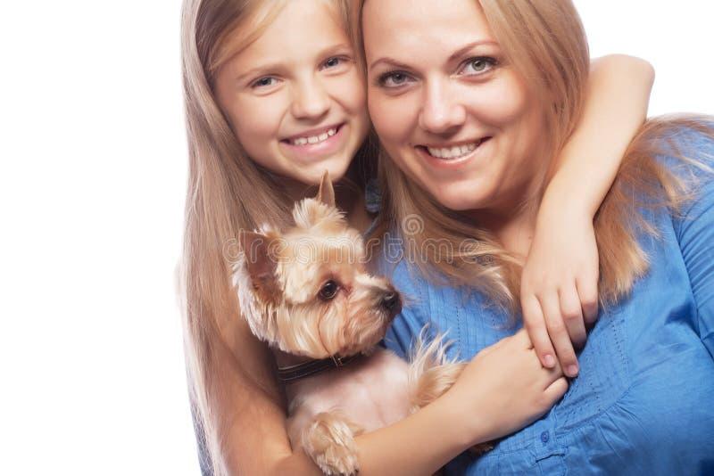 Filha e yorkshire terrier felizes da mãe da família imagens de stock royalty free