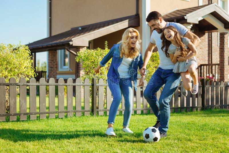 Filha levando do pai loving e futebol do jogo com família fotografia de stock royalty free