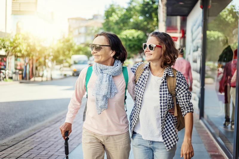 A filha madura à moda e bonita da mãe e do adulto é walki foto de stock