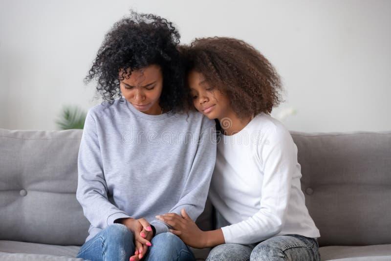 A filha pede a mãe a remissão ou simpatiza com ela imagens de stock royalty free