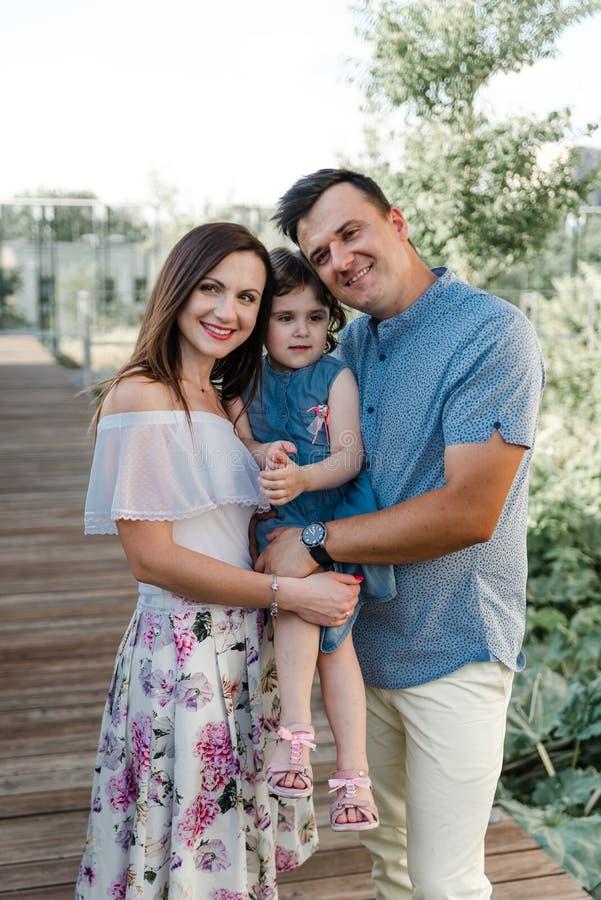 Filha pequena bonito e seus pais novos fotografia de stock