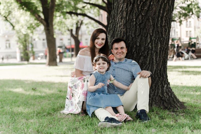 Filha pequena bonito e seus pais novos imagens de stock
